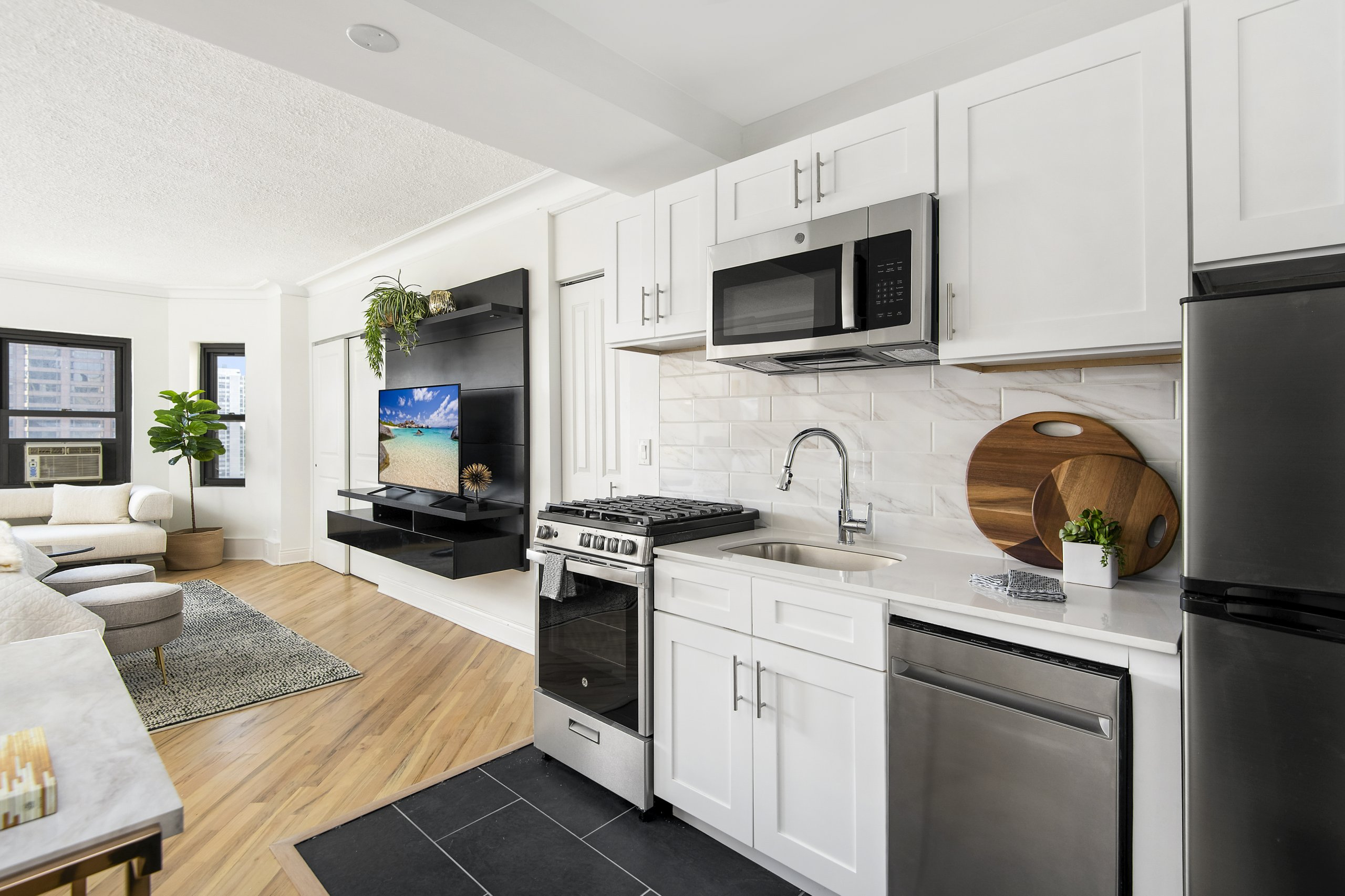 Studio apartments 2 bed apartments available now with rooftop in the Gold Coast downtown Chicago